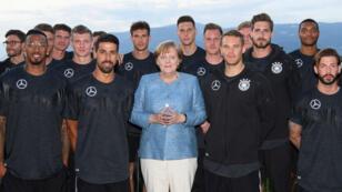 Angela Merkel au milieu de la sélection allemande avant le début du mondial en Russie.