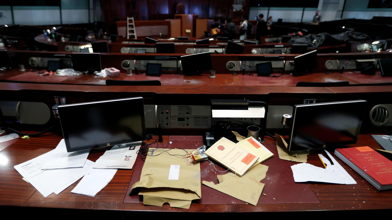 Papeles rotos y otros daños registrados en el interior del edificio del Consejo Legislativo tras un masivo asalto en Hong Kong, el 3 de julio de 2019.