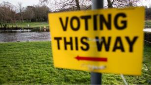 Un panneau près d'un bureau de vote à Dublin lors des élections générales de février 2016.