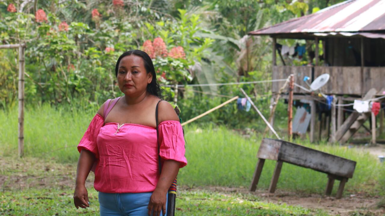 Milena Payoguaje gobierna el Cabildo Siona Bajo Santa Elena, a hora y media río abajo de Puerto Asís, Putumayo. Cerca a su territorio hay campos minados que todavía no han sido desmantelados.