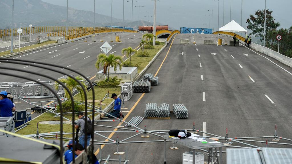 Los trabajadores se reúnen el 18 de febrero de 2019 en la plataforma para el concierto del 22 de febrero organizado por el multimillonario británico Richard Branson para recaudar fondos para ayudar a Venezuela en Cúcuta, Colombia, en el Puente Internacional Tienditas.