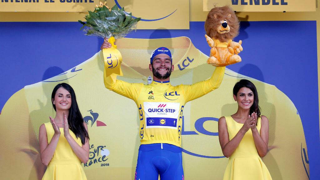 El ciclista colombiano Fernando Gaviria, del equipo Quick-Step Floors, celebra en el podio vistiendo el maillot amarillo del líder de la clasificación general. Fontenay-le-Comte, Francia. 7 de julio 2018.