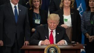 Donald Trump souhaite interdire l'entrée sur le sol américain des ressortissants de certains pays musulmans, par le biais d'un décret qu'il doit signer jeudi 26 janvier 2017.