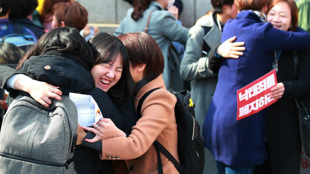 Manifestantes a favor del aborto celebran la decisión este jueves del Tribunal Constitucional en Seúl (Corea del Sur) sobre la constitucionalidad de la ley del aborto.