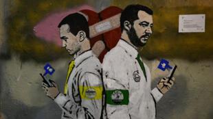 """Une fresque murale de TvBo, intitulée """"La guerre des réseaux sociaux"""" montre les vice-Premiers ministres italiens Luigi Di Maio et Matteo Salvini."""
