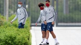 لاعبون في بايرن ميونيخ يضعون كمامات واقية لدى وصولهم الى مقر التدريب في 13 أيار/مايو 2020.