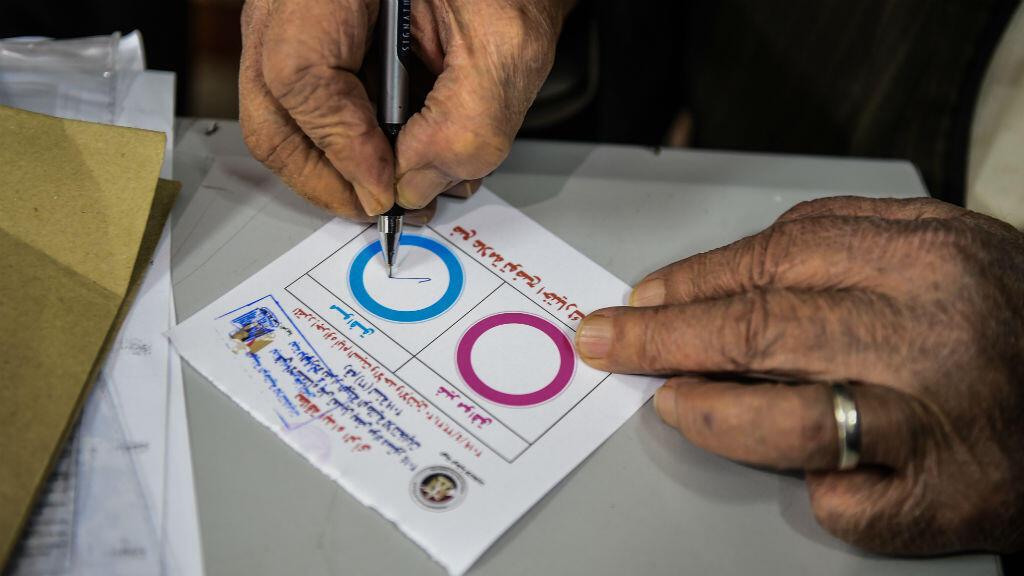 Un hombre egipcio vota en una mesa electoral durante el tercer día de referendo sobre enmiendas constitucionales, en una escuela en la aldea de Shamma, en la provincia de Menoufia, el 22 de abril de 2019.
