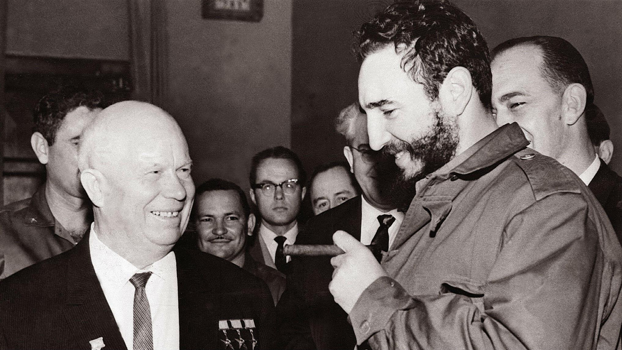 El líder cubano, Fidel Castro (izquierda), se muestra en una foto de archivo de mayo de 1963, reuniéndose con su homólogo soviético Nikita Khrushchev durante una visita a Moscú