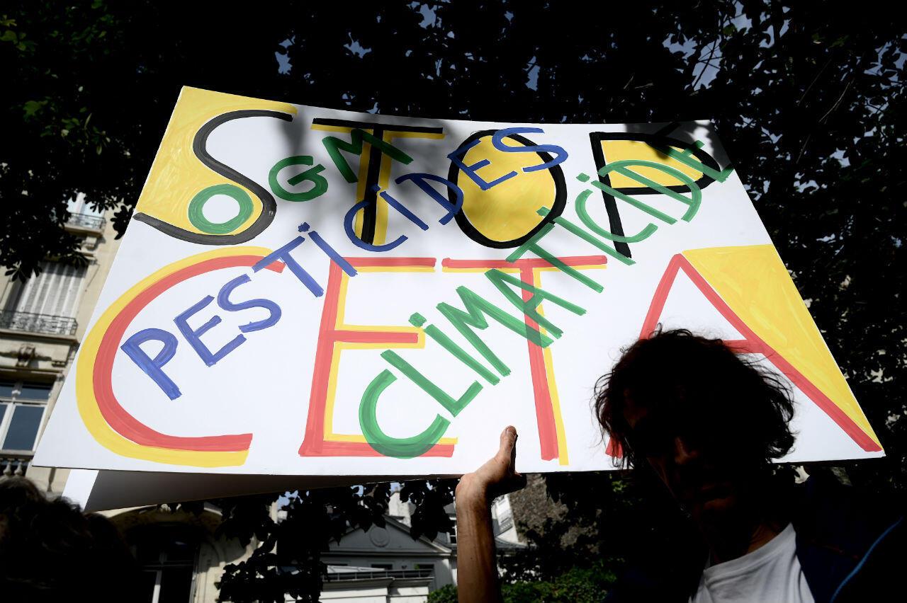 Des Français manifestent contre le traité de libre-échange entre l'Union européenne et le Canada (Ceta), le 16 juillet à Paris.