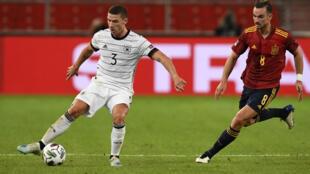 لاعب وسط المنتخب الإسباني فابيان رويز (يمين) يحاول انتزاع الكرة من مدافع ألمانيا روبن غوسنس في مباراة ضمن دوري الأمم الأوروبية في الثالث من أيلول/سبتمبر 2020.