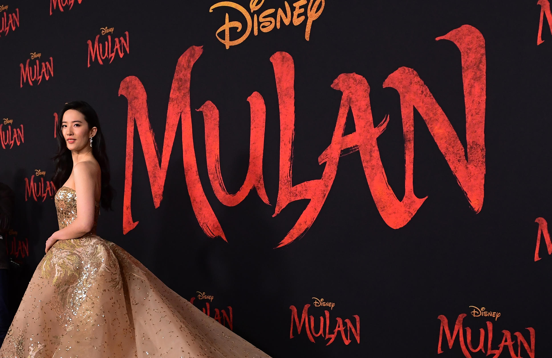 La actriz Liu Yifei desfila en Hollywood en la presentación de la película Mulán. Estados Unidos, 9 de marzo de 2020.