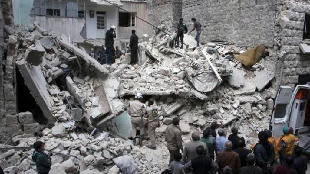 أنقاض مبنى استهدفته غارة جوية في حلب في 13 نيسان/أبريل