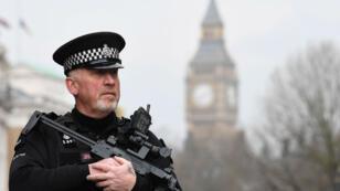 Un policier armé en faction, posté non loin de l'Arena Manchester, mardi 23 mai 2017.