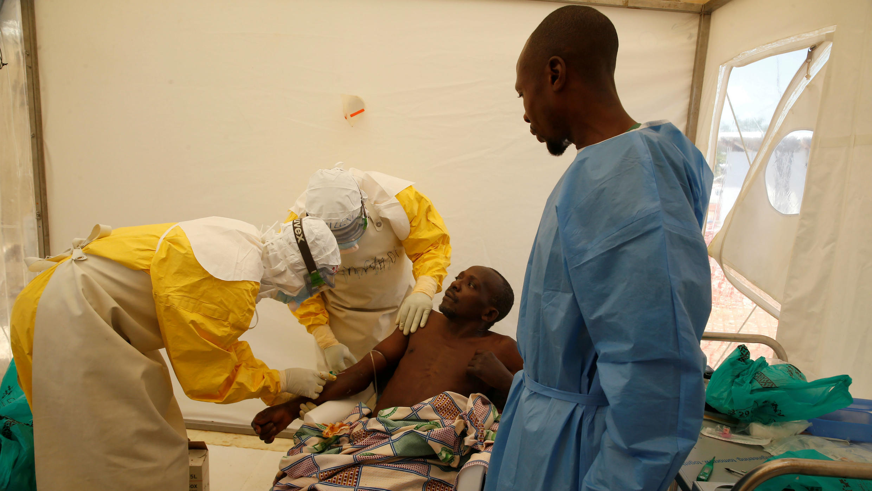 El equipo médico y un sobreviviente de ébola tratan al paciente de ébola Ibrahim Mupalalo dentro de la Unidad de Atención de Emergencia de Biosecure (CUBE) en el centro de tratamiento de Ébola ALIMA (Alianza para la Acción Médica Internacional) en Beni, República Democrática del Congo, 31 de marzo de 2019.