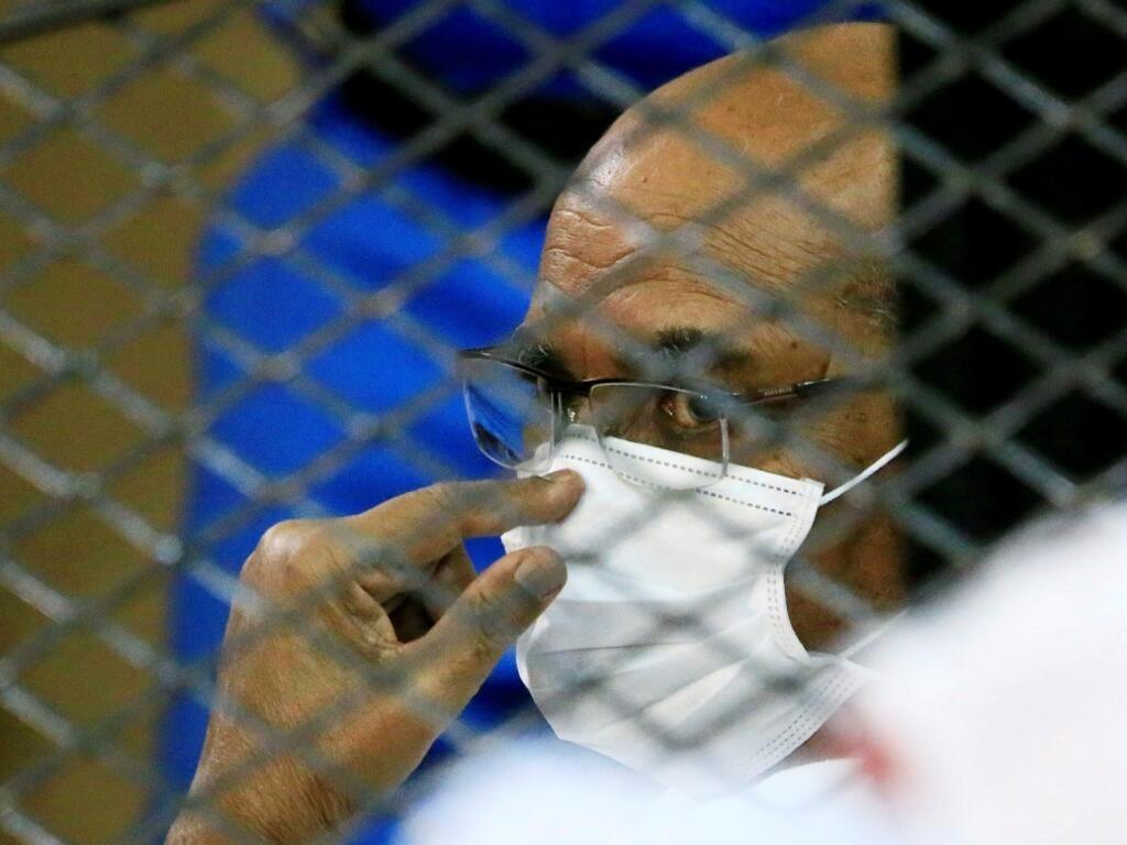 El presidente derrocado de Sudán, Omar al-Bashir, durante un juicio y el de algunos de sus antiguos aliados por el golpe militar de 1989 que llevó al autócrata al poder en 1989, en un juzgado de Jartum, Sudán. 15 de septiembre de 2020.