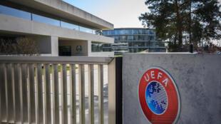 Foto tomada el 17 de marzo de 2020 en Nyon, Suiza, el 17 de marzo de 2020, muestra la puerta en la sede de la UEFA, el órgano rector del fútbol europeo, en medio de la pandemia del nuevo coronavirus (COVID-19).