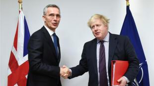 El Secretario General de la OTAN, Jens Stoltenberg, posa junto al Secretario de Relaciones Exteriores británico Boris Johnson en la sede de la Alianza en Bruselas, Bélgica, el 19 de marzo de 2018.