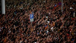 Manifestantes se concentran en el Aeropuerto del Prat después de la primera convocatoria de Tsunami Democràtic en Barcelona, España, el 14 de octubre de 2019.