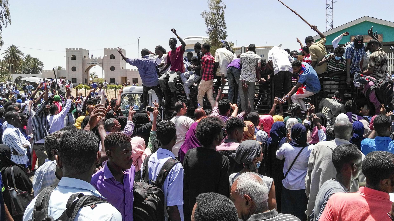 Los manifestantes sudaneses se congregan frente al cuartel general militar en la capital, Jartum, el 8 de abril de 2019.