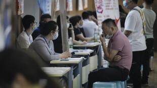 صورة مؤرخة في 25 تموز/يوليو 2020 من معرض الوظائف في تشنغتشو الصينية