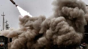 قصف للقوات العراقية باتجاه مواقع الجهاديين في غرب الموصل خلال المعارك المستمرة لاستعادة السيطرة على المدينة