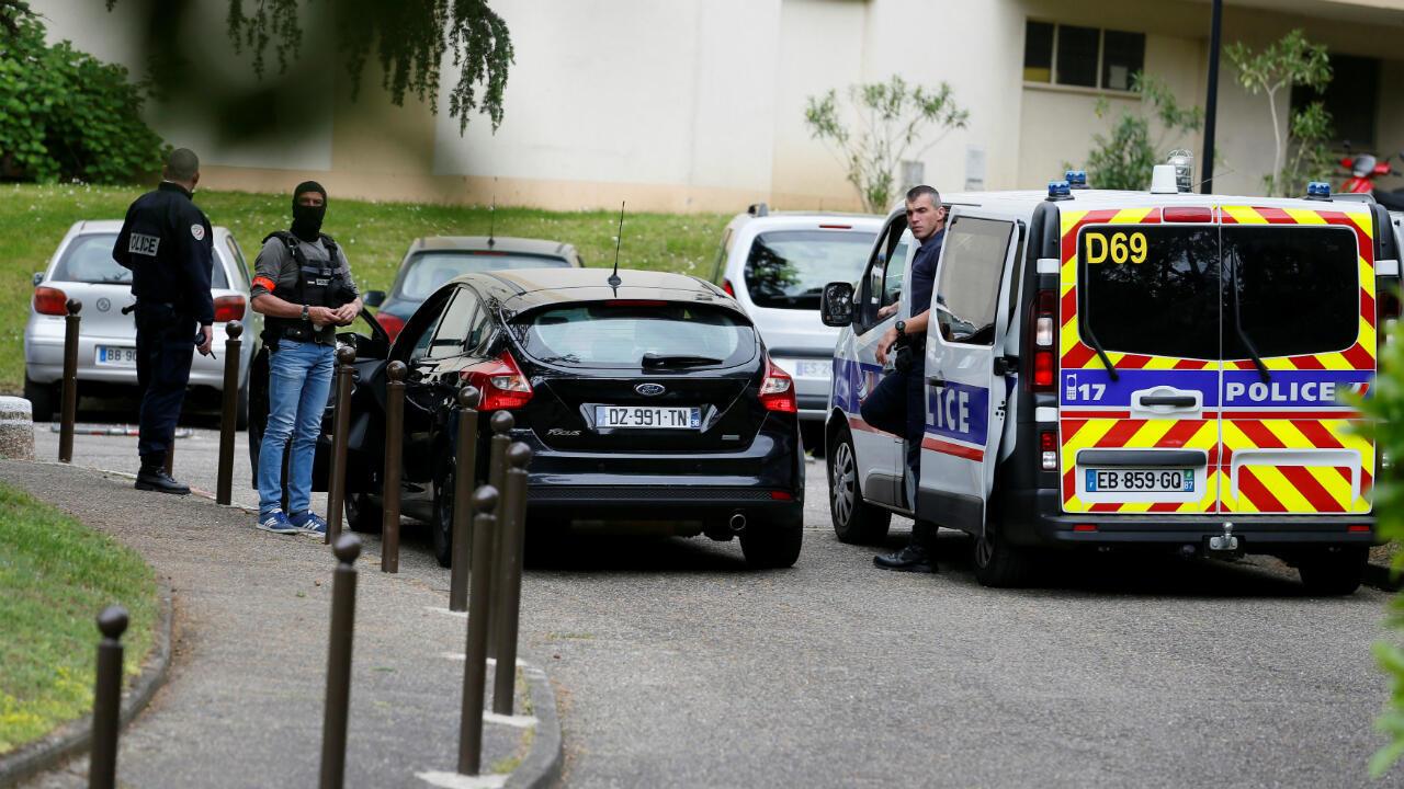 Investigadores trabajanen una operación en Oullins, al sur de Lyon, Francia, el 27 de mayo de 2019.