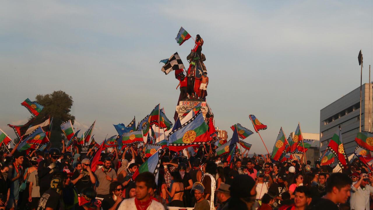 En Chile, la Whipala no es protagonista, en cambio, la bandera del pueblo Mapuche (que también es originario del hoy territorio argentino) se ha convertido en uno de los símbolos de protesta en las movilizaciones en contra del presidente Sebastián Piñera. Santiago, Chile, 14 de noviembre de 2019.
