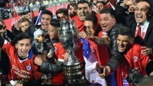 - لاعبو تشيلي يحتفلون بالفوز في كوبا أمريكا في 4 تموز/يوليو 2015
