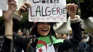 Une jeune manifestante à Alger, le 8 mars 2019.