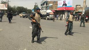 Des policiers afghans près du site où a eu lieu l'explosion à Kaboul, le 7 août 2019.