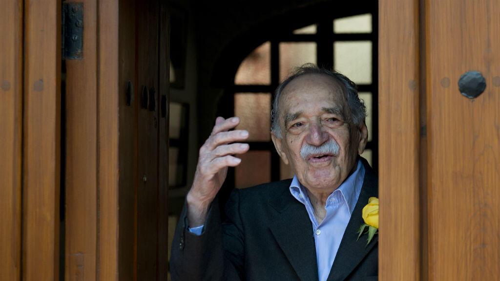 El ganador del Premio Nobel de Literatura, Gabriel García Márquez, saluda a la prensa en su cumpleaños número 87 en Ciudad de México.
