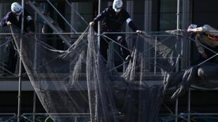 Trabajadores de la construcción con máscaras faciales en actividad en medio del brote de coronavirus COVID-19 en Kawasaki, Japón, el 11 de mayo de 2020.
