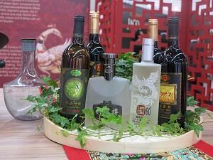 """La bouteille de vin rouge """"French wild"""" (à droite sur la photo) est présentée sur le stand du producteur chinois Yunnan Red Chateau & Wine."""