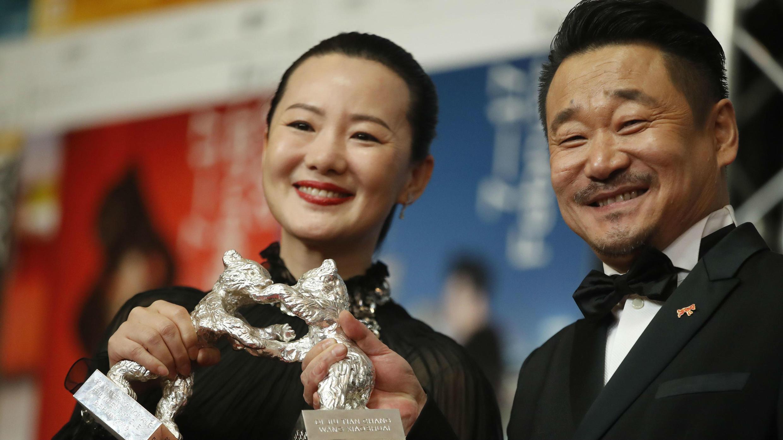 Los actores Yong Mei y Wang Jingchun posan con los Osos de Plata al Mejor Actor y Actriz por 'Di jiu tian chang' ('So Long, My Son'), después de la conferencia de prensa en el 69 Festival Internacional de Cine de la Berlinale en Berlín, Alemania, 16 de febrero de 2019.