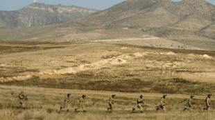 Photo d'archive, prise en novembre 2014, montrant des exercices militaires conjoints des forces arméniennes et azerbaïdjanaises.