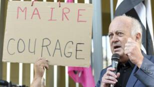 Le maire de Langouët, Daniel Cueff, s'adresse à des manifestants venus le soutenir à son arrivée au tribunal administratif de Rennes, le 22 août 2019.