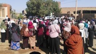 سودانيات ينضممن الى تظاهرة مناهضة للحكومة في أم درمان، في 24 كانون الثاني/يناير 2019