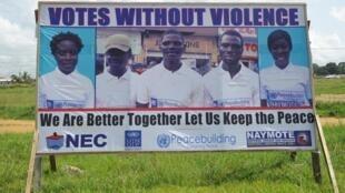 Un cartel exhorta a celebrar elecciones en paz en Liberia para este martes 10 de octubre de 2017.