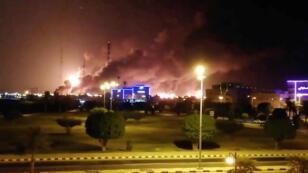 أعمدة الدخان في أعقاب حريق نشب في مصنع أرامكو في بقيق. السعودية 14 سبتمبر/أيلول 2019.