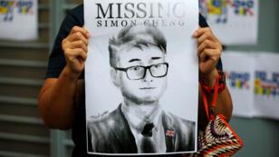 Una mujer sostiene un cartel de Simon Cheng, miembro del consulado británico en Hong Kong que desapareció el 9 de agosto después de visitar la vecina ciudad continental de Shenzhen. China, el 21 de agosto de 2019.
