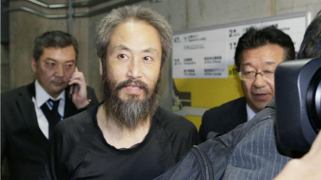 El periodista japonés Jumpei Yasuda, quien fue secuestrado por militantes islamistas durante 40 meses, llega al aeropuerto de Narita, en Tokio, Japón, el 25 de octubre de 2018.
