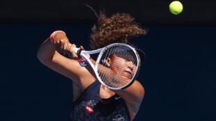 La tenista japonesa Naomi Osaka durante un partido contra Serena Williams en el Abierto de Australia, Melbourne, el 18 de febrero de 2021