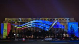 مقر الحكومة الرومانية في بوخارست تزينه ألوان العلم الروماني وعلم الاتحاد الأوروبي - 31 ديسمبر 2018