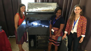 Beth Koigi, au centre, entourée de ses associées Clare Sewell et Anastasia Kaschenko, présente sa machine de captation de l'eau.