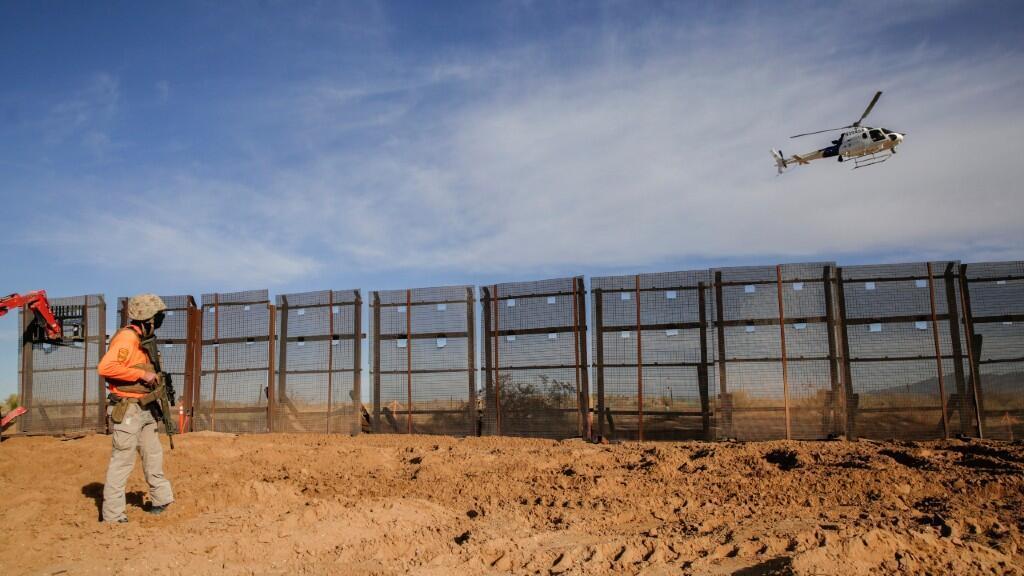 Un helicóptero de la Oficina de Aduanas y Protección Fronteriza de los Estados Unidos (CBP) sobrevuela el sitio de construcción donde se está quitando una cerca fronteriza, que será reemplazada por una nueva sección del muro fronterizo en Sunland Park, Nuevo México, EE. UU., el 8 de enero de 2021.