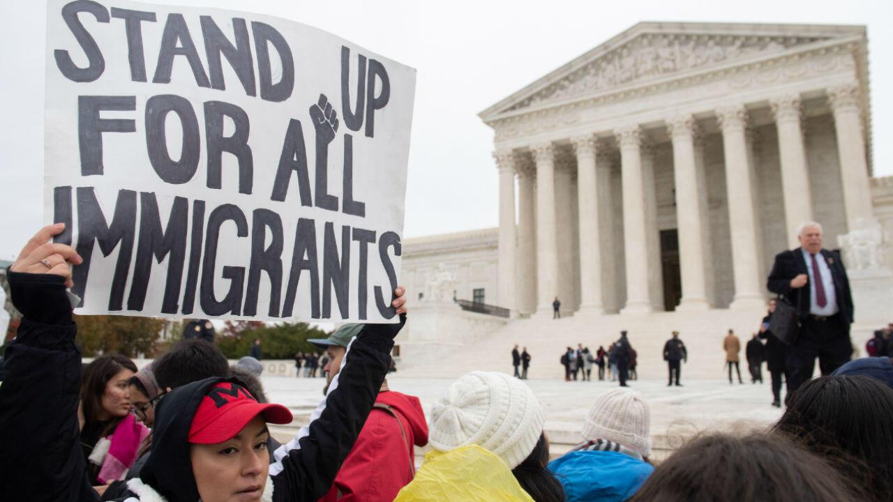 Activistas por los derechos de inmigración se reúnen frente a la Corte Suprema de EE. UU. En Washington el 12 de noviembre de 2019, mientras la Corte escucha los argumentos sobre el fin del programa DACA (Acción Diferida para los Llegados en la Infancia) de la era Obama.