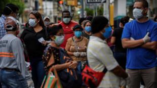 Las personas hacen fila afuera de una farmacia en medio del brote del nuevo coronavirus, en Guayaquil, Ecuador, el 15 de abril de 2020.