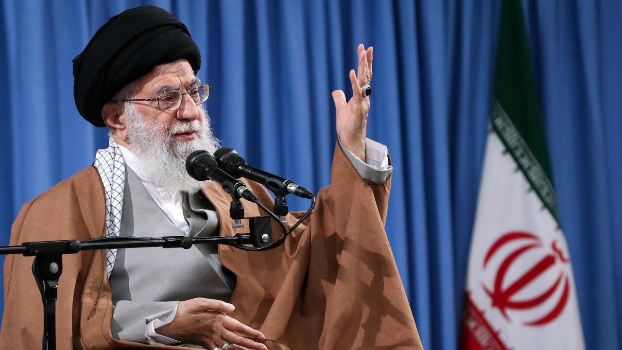 """Una foto proporcionada por la oficina del Líder Supremo de Irán, Alí Jamenei, quien habla durante una ceremonia con motivo del """"Día de los Soldados"""" en Teherán, Irán, el 9 de abril de 2019."""