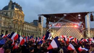 L'équipe d'Emmanuel Macron avait choisi le Louvre pour un grand rassemblement républicain, dimanche soir.