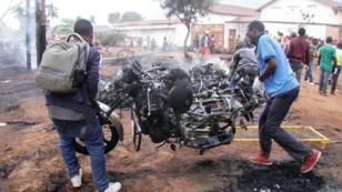 Des sauveteurs retirent des motos du brasier après l'explosion d'un camion-citerne à Morogoro, en Tanzanie, le 10août2019.